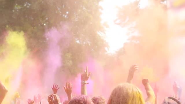 begeistert menschen genießen holi festival, malen, tanzen und werfen pulver - musikfestival stock-videos und b-roll-filmmaterial