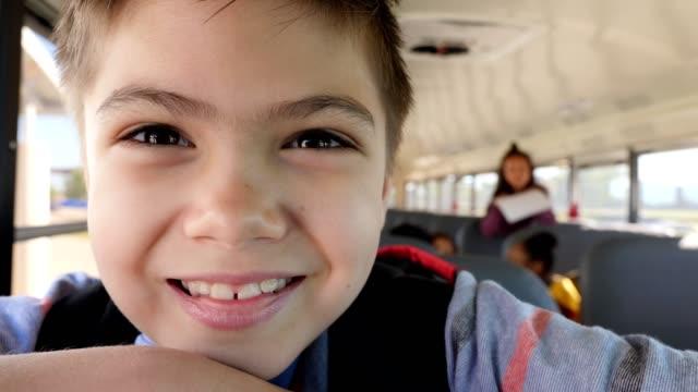 stockvideo's en b-roll-footage met opgewonden schooljongen op school bus - schooljongen