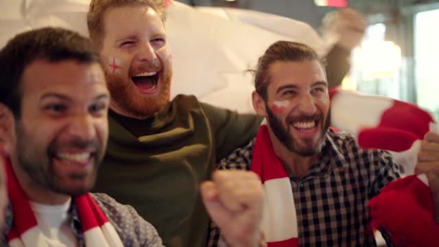 vídeos y material grabado en eventos de stock de aficionados emocionados exultando después de la victoria - polonia