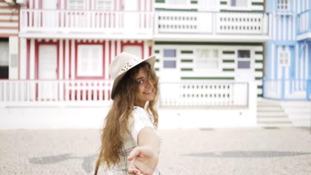 vídeos de stock e filmes b-roll de excited woman near colorful buildings - aveiro