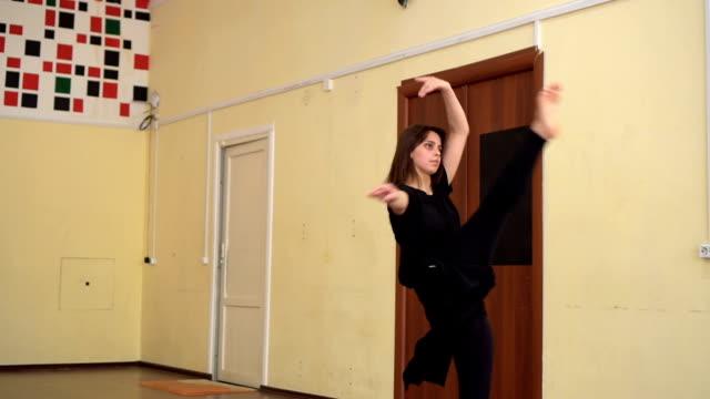 upphetsad ung kvinna i fladdrande lång klänning dans - balettstång bildbanksvideor och videomaterial från bakom kulisserna