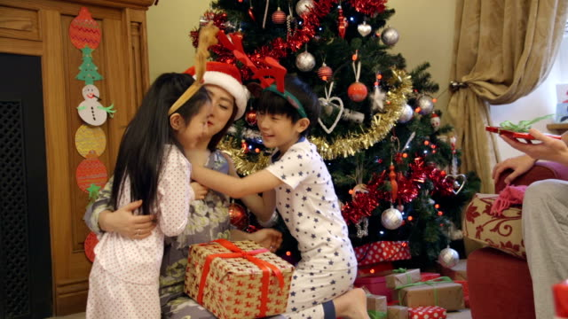 spännande juldagsmorgon - christmas gift family bildbanksvideor och videomaterial från bakom kulisserna