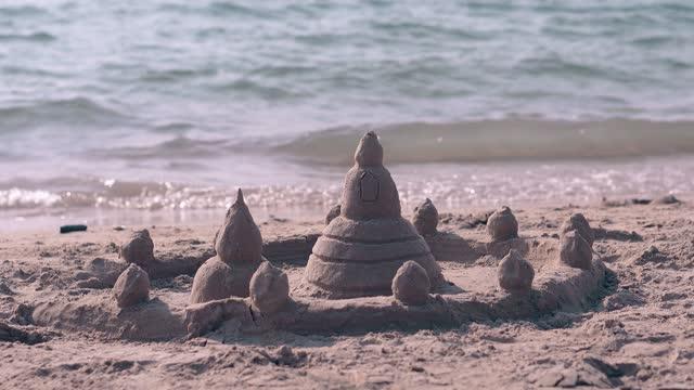 ビーチの塔とフェンスとエキサイティングな湿った砂の城 - 城点の映像素材/bロール