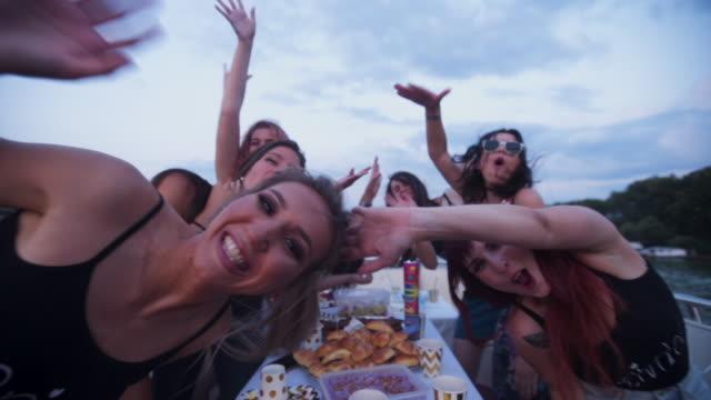 Mulher de excitação a celebrar uma festa de despedida de solteiro num barco - vídeo