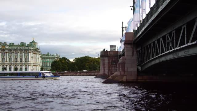 vídeos de stock, filmes e b-roll de barco de excursão debaixo da ponte em são petersburgo rússia - campeonato esportivo