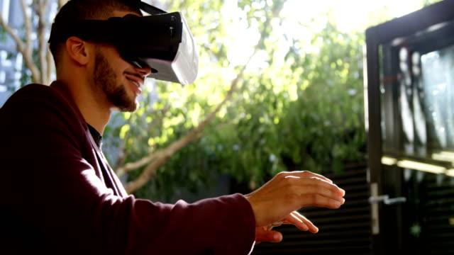 stockvideo's en b-roll-footage met uitvoerend met behulp van virtual reality headset 4k - men blazer