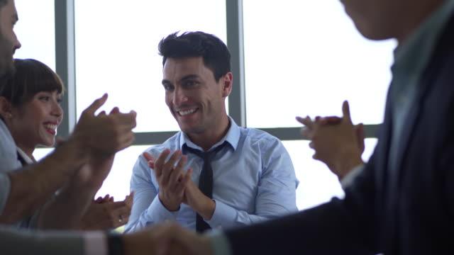비즈니스 회의, 쾌활 한 비즈니스 그룹에 박수를 내는 임원 세미나에서 스피커를 박수 - 동기 부여 스톡 비디오 및 b-롤 화면