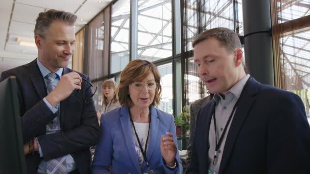 chefer diskuterar på convention center - kommunikationssätt bildbanksvideor och videomaterial från bakom kulisserna