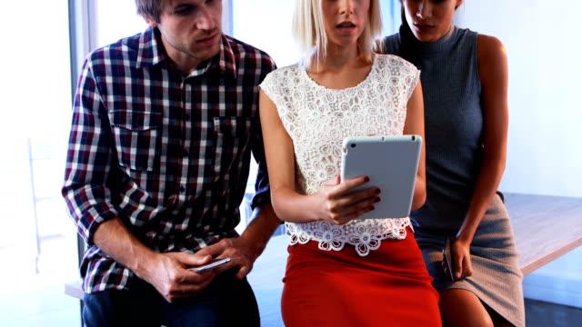 führungskräfte, die diskussion über digital-tablette 4k - reliability stock-videos und b-roll-filmmaterial