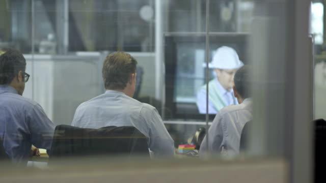 ls ds geschäftsleute, die an video-konferenz - konferenzraum videos stock-videos und b-roll-filmmaterial