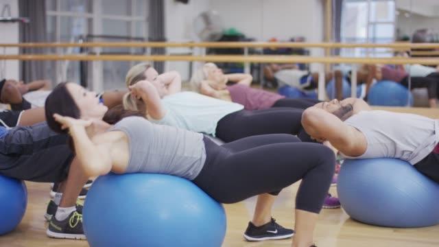 exercise balls in fitness class - 40 49 lat filmów i materiałów b-roll