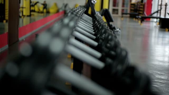 エクササイズ機器をアクティブにしてトレーニングフィットネスクラブ、通常料金(ラックレート) - 人の筋肉点の映像素材/bロール