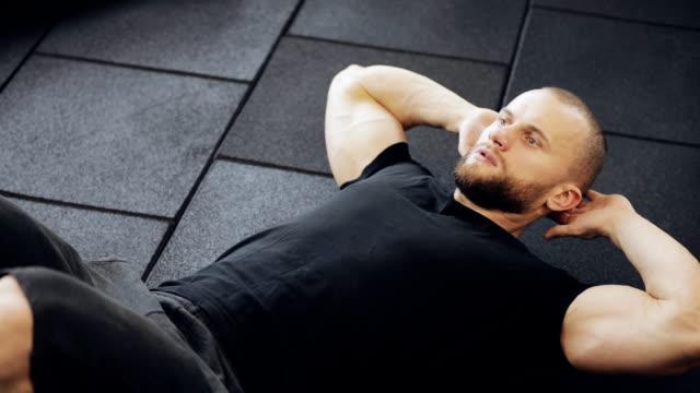 vídeos de stock, filmes e b-roll de exercício para a barriga - comodidades para lazer