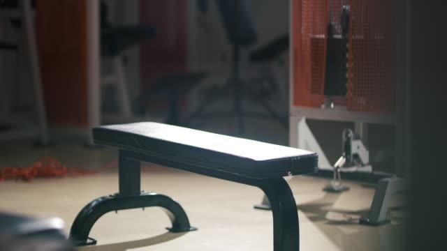 체육관에서 슬로 모 운동 기계 - 헬스 클럽 스톡 비디오 및 b-롤 화면