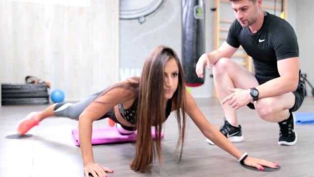vídeos de stock, filmes e b-roll de exercício do dia - personal trainer