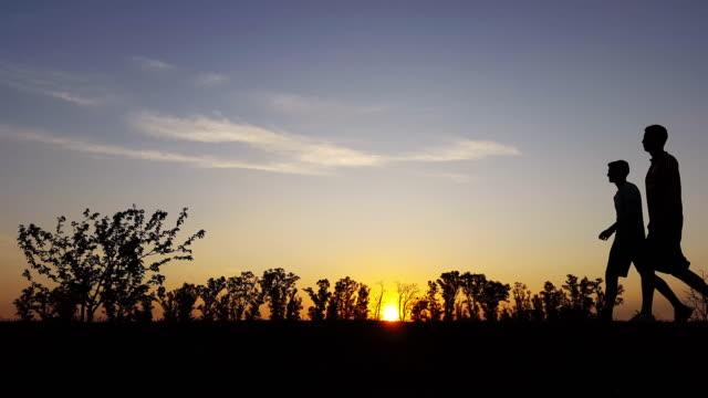 Ejercicio Silueta en el país en la puesta de sol - vídeo