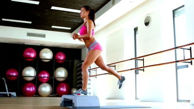 ステップ ジャンプと運動します。フィットネス。ドーリー ショット - 人の筋肉点の映像素材/bロール