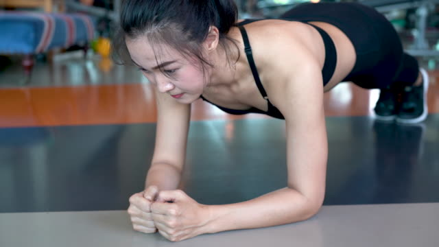 vídeos de stock e filmes b-roll de exercise woman doing plank at gym workout fitness, athlete abs muscle building strong healthy lifestyle 4k resolution. - gmail