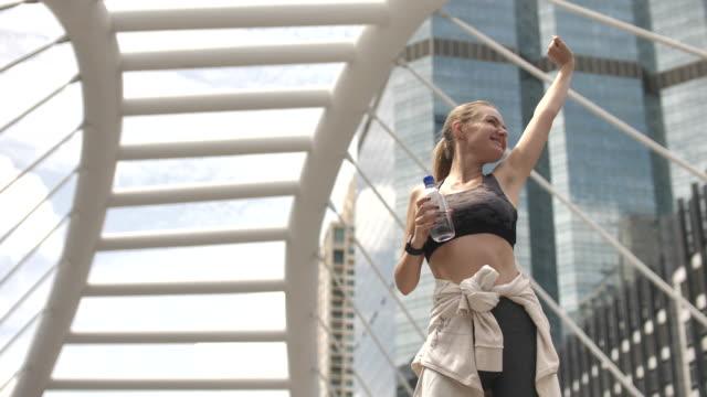exercise woman happy to exercise in city - aktywny tryb życia filmów i materiałów b-roll