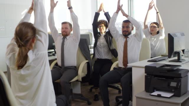 stockvideo's en b-roll-footage met oefeningen in office - formele kleding
