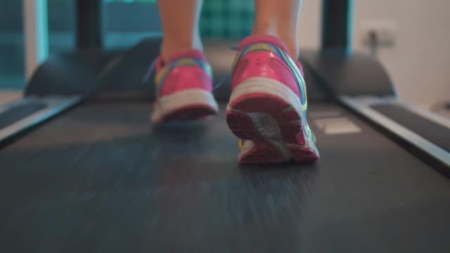 exercising on treadmill,slow motion - rozgrzewka filmów i materiałów b-roll
