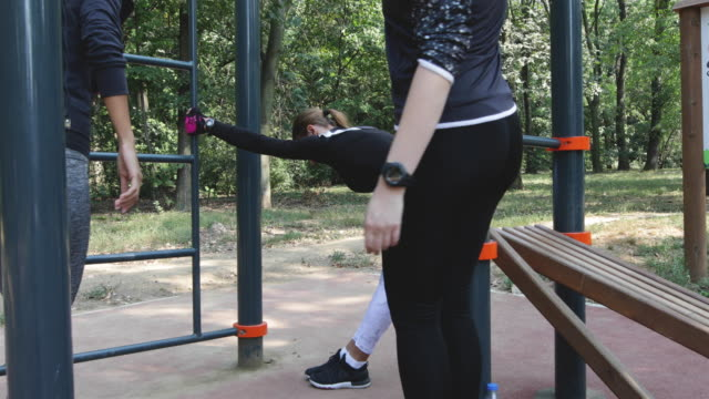 vídeos de stock e filmes b-roll de exercising outdoors - amizade feminina
