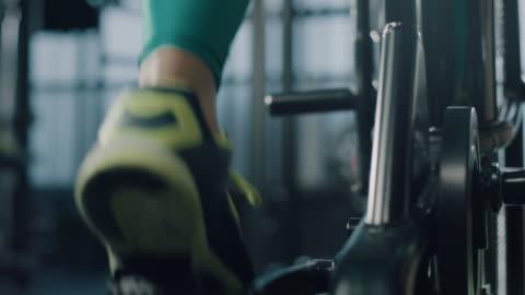 vídeos de stock e filmes b-roll de exercising! - exercitar