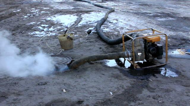 evakuerar vatten från värme-kammare - värmepump bildbanksvideor och videomaterial från bakom kulisserna