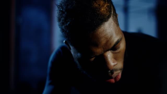 vídeos de stock e filmes b-roll de exhausted black sportsman recovering breath - dureza