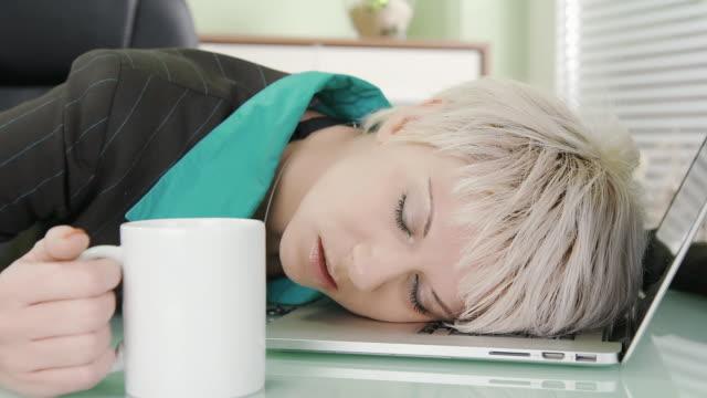 dolly hd: esausta donna in carriera - sonnecchiare video stock e b–roll
