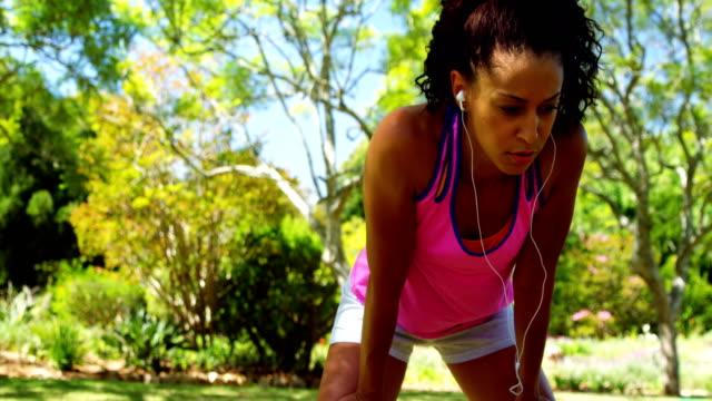 4 k 公園でリラックスした疲れジョガー女性 - 女性選手点の映像素材/bロール