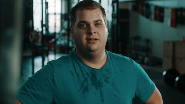 exhausted men at gym - odzież sportowa filmów i materiałów b-roll