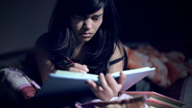 Erschöpft, müde asiatische College-Student Studium spät in die Nacht – Video