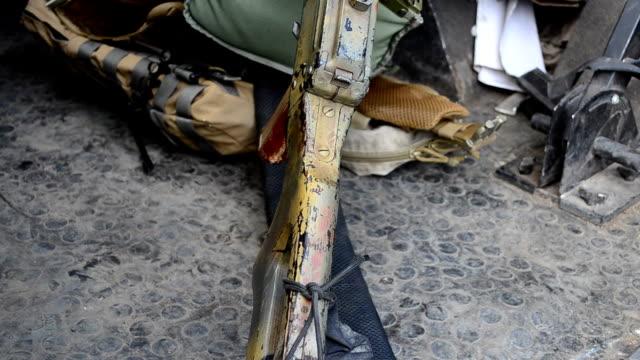 vidéos et rushes de exposition d'équipements militaires. - mitrailleuse