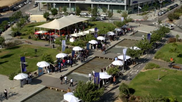 展覧会ショー。パノラマ空撮。大勢の人が来場 - 展示会点の映像素材/bロール