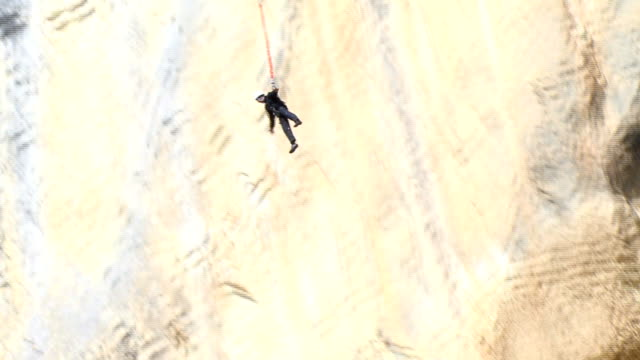 elettrizzante bungee jumping - bungee jumping video stock e b–roll