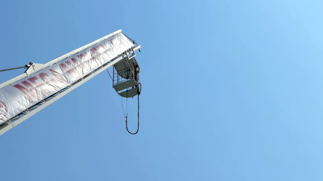 exhilarating bungee jump - bungee jumping video stock e b–roll