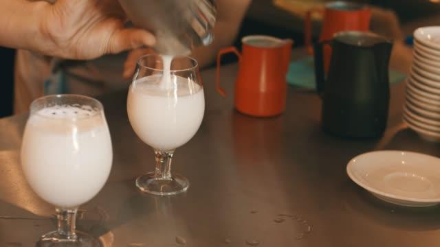 エキゾチックな乳白色の飲み物 - バーカウンター点の映像素材/bロール