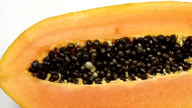 stockvideo's en b-roll-footage met exotische papaya fruit close-up. snijd in twee delen papaya met zwarte zaden. - tropisch fruit