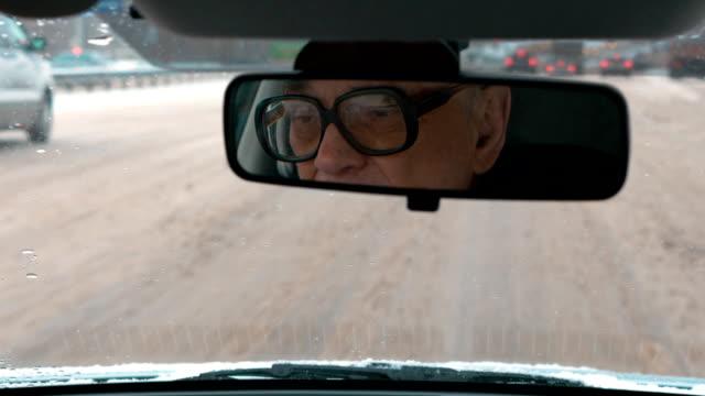 vídeos de stock e filmes b-roll de experiência de condução em cidade de inverno - old men window