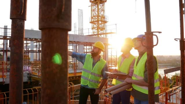 建設現場での作業経験豊富なエンジニア - 建設作業員点の映像素材/bロール