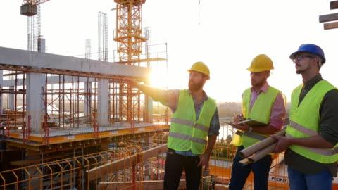 vídeos de stock e filmes b-roll de experienced engineers working on the construction site - cuidado