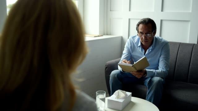 患者の問題の分析の心理学者を経験しました。 ビデオ