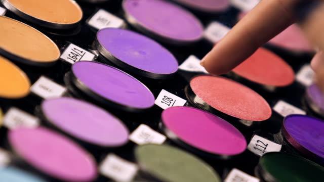 erfahrene vertriebsmitarbeiter beraten kunden kombination von lidschatten farben - kosmetik beratung stock-videos und b-roll-filmmaterial