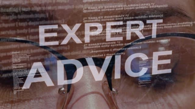 vídeos de stock, filmes e b-roll de texto perito do conselho no fundo do colaborador fêmea - assistente jurídico