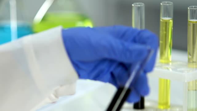 экспертная маркировка трубки сырым маслом, лабораторные исследования скважин - expert стоковые видео и кадры b-roll