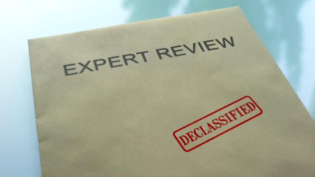 экспертная экспертиза рассекречена, штамповка печати на папке с важными документами - expert стоковые видео и кадры b-roll