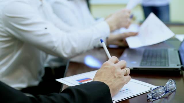 эксперт разговаривает перед менеджерами на деловой встрече, презентации отчета - expert стоковые видео и кадры b-roll