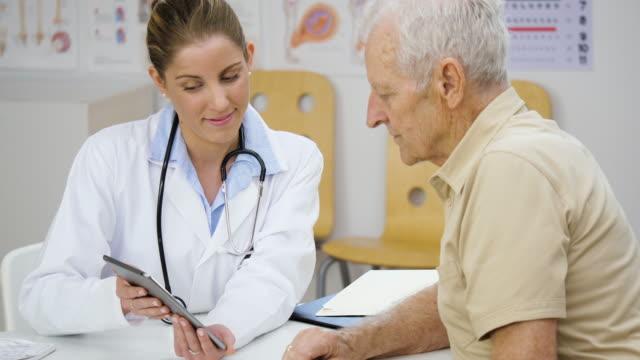 Explicando los resultados de examen médico en su oficina - vídeo