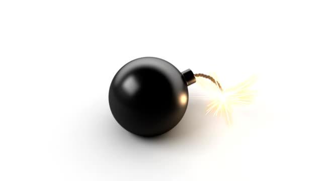 vídeos de stock e filmes b-roll de explosão de uma bomba com tela verde - bomba